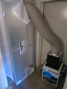 Die Staubschutztür mit Staubfresser schützt vor Dreck und Staub bei der Badsanierung